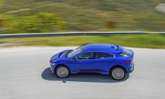 Charakteristickým rysem designu hatchbacku I-Pace je výrazně vpřed posunutý spodní okraj čelního skla a dlouhý rozvor náprav. Tím je zajištěn velmi prostorný interiér při relativně kompaktní délce