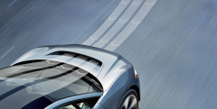 Průduch mezi maskou chladiče akapotou motoru zlepšuje aerodynamiku. Ian Calum mohl navrhnout nižší příď, chtěl ale, aby I-Pace působil zpředu jako ostatní modely Jaguaru