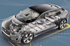 Základní uspořádání akumulátorů v podlaze vozu a dvojice elektromotorů
