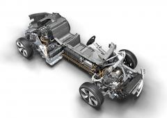 Střední část vozu je skořepinou zuhlíkových kompozitů, přední a zadní motory azavěšení jsou na hliníkových modulech