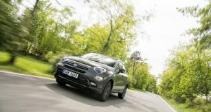 """Verze S-Design zaujme matně zelenou barvou a leskle černými ozdobnými prvky. Vychází z""""off-roadové"""" verze Fiatu 500X"""