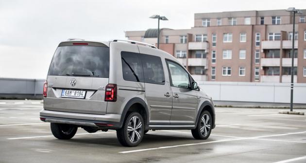 Verze 4x4 mají zvětšenou světlou výšku, aby se pod vůz vešel pohon zadní nápravy sdiferenciálem