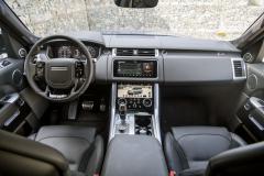 Součástí omlazeného interiéru je dvojice displejů na středovém panelu, stejně jako nové dotykové ovladače na volantu