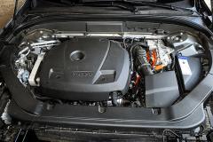 Čtyřválcový zážehový dvoulitr přeplňovaný kompresorem a turbodmychadlem má původ ve verzi T6
