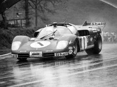 Jacky Ickx na 512 S (1010) v deštivém Brands Hatch, sJackiem Oliverem dojel osmý, když stejný vůz odpadl zvedení v Sebringu 1970 (Andretti/Merzario)