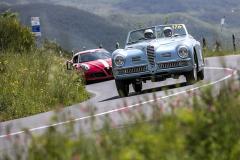 Alfa kam se podíváš. V tomto případě Alfa Romeo 6C 2500 SS Cabriolet s karoserií Pinin Farina následovaná moderní 4C