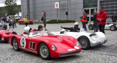 Dvě legendy československého automobilového sportu před startem do sobotního klání závodních vozů ve třídě do roku výroby 1963. Vlevo Škoda 1100 OHC (1957), vpravo Tatra 605 (1957)