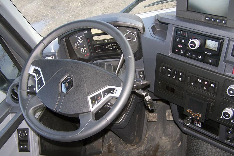 Ergonomicky dobře řešené pracoviště řidiče mělo zapříplatek kůží obšitý volant