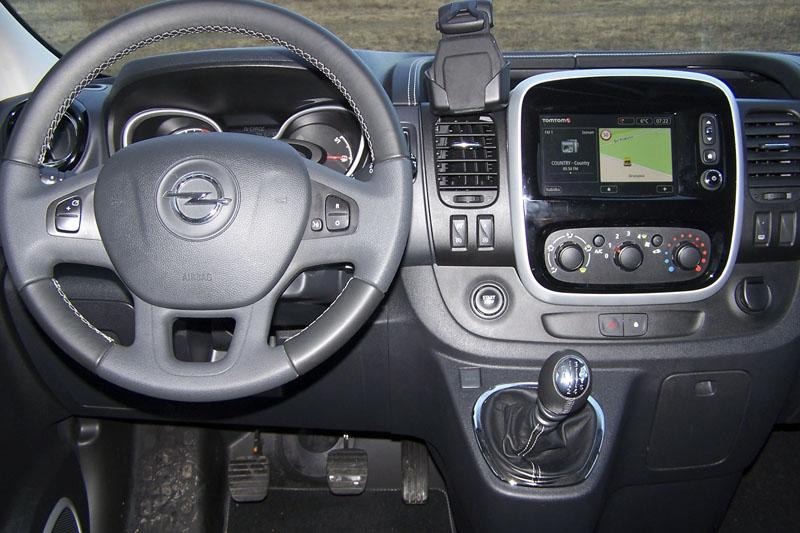 opel-Pracoviště řidiče je ergonomicky dobře řešené, velikost spínačů a otočných knoflíků odpovídá třídě LUV
