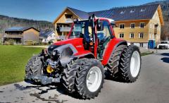 Traktor vybavený dvojmontáží kol