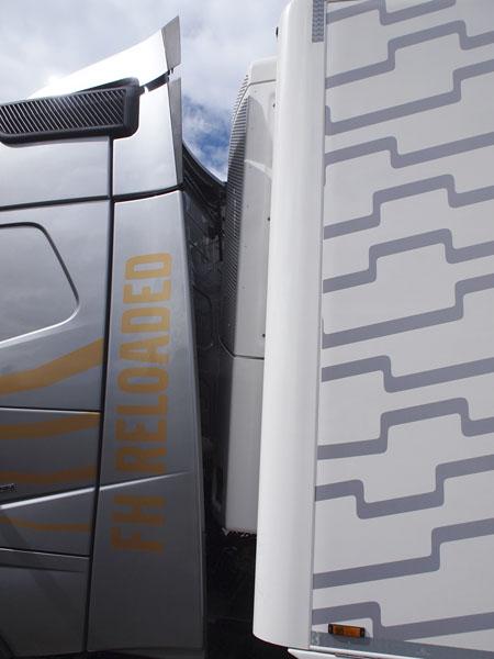 Aerodynamické límce zakrývající mezeru mezi tahačem a návěsem, včetně pečlivě nastaveného spoileru, jsou důležitým předpokladem pro úsporu paliva