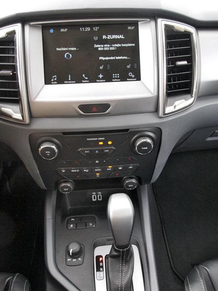 U voliče převodovky je subtilní ovladač konfigurace pohonu