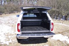 mb-Korba pick-upu byla vyložena plastovou vložkou a byla vybavena univerzálním systémem pro upevnění nákladu