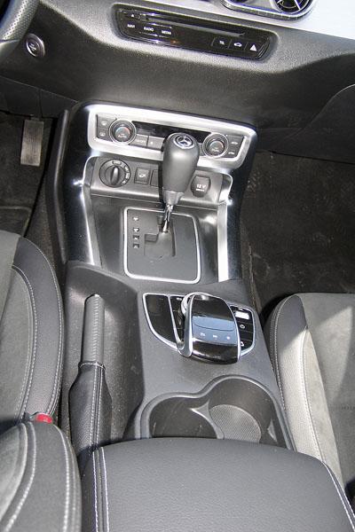 mb-U voliče samočinné převodovky je otočný spínač konfigurace pohonu. Mezi sedadly je pak ovládání palubního systému Command