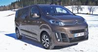 Citroën Spacetourer Shine Dangel 4x4 naaranžován na zasněžené louce v horách