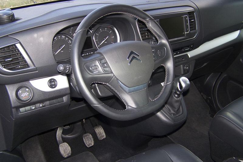 Interiér verze 4x4 odlišuje od standardního provedení volič konfigurace pohonu vlevo na palubní desce