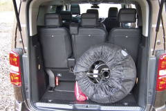 Dáte-li do miniaturního zavazadlového prostoru plnohodnotnou rezervu, už toho moc nenaložíte. To je daň osmimístné verzi