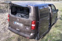 Drobné předměty lze nakládat do zavazadlového prostoru třeba po otevření zadního okna