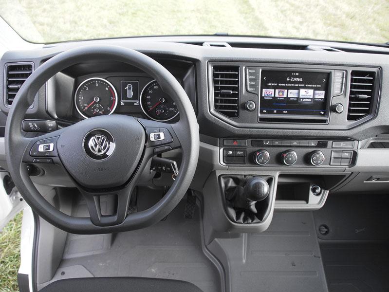 Pracoviště řidiče je velmi prakticky řešené, volant lze nastavit ve dvou rovinách, ergonomicky bezchybné