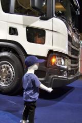 Bočním spodním oknem ve dveřích dostává řidič šanci uvidět malé dítě vnebezpečné blízkosti vozidla