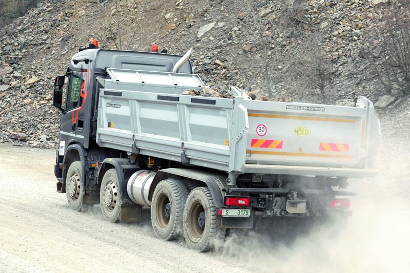 """Dynamická prezentace stavebních vozidel Scania XT ve vápencovém lomu v Brně byla umocněna možností nechat """"svůj"""" vůz naložit a dorazit k drtiči, kde bylo možno náklad vysypat."""