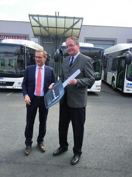 Pan Reinhard Faderl, jednatel agenerální ředitel společnosti MAN Truck & Bus Czech Republic (vpravo) předal symbolický klíč odnových vozidel řediteli dopravního podniku panu Bohumilu Bártovi.