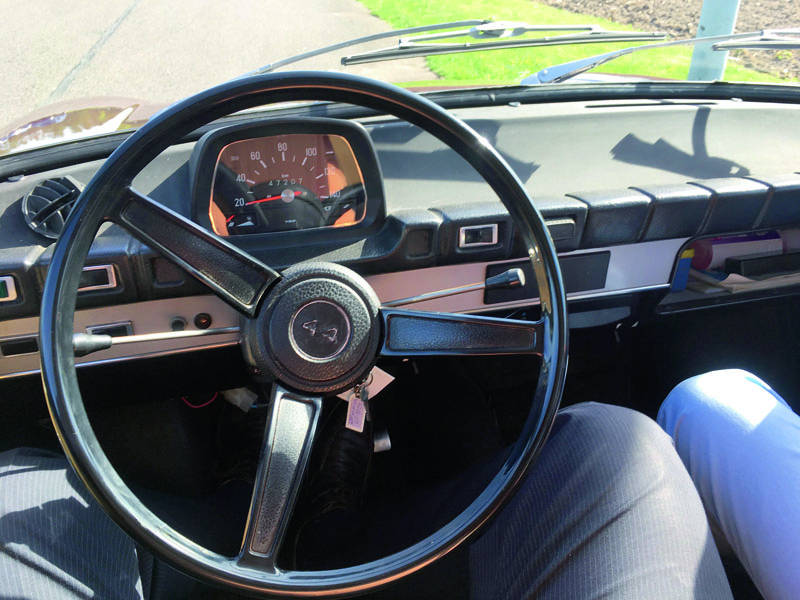Jednoduchý, ale zcela dostačující, interiér automobilu DAF 44.