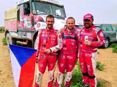 """Vítězná posádka kategorie """"kamiony"""" v cíli – zprava Aleš Loprais, Ferran Marco Alcayna a Petr Pokora."""