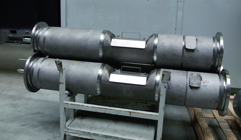 Části nosných rour/trub smontovaných vpřípravcích čekajících nasvaření, zapovšímnutí stojí technologické úkosy azápichy ujednotlivých segmentů nosné roury/trouby.