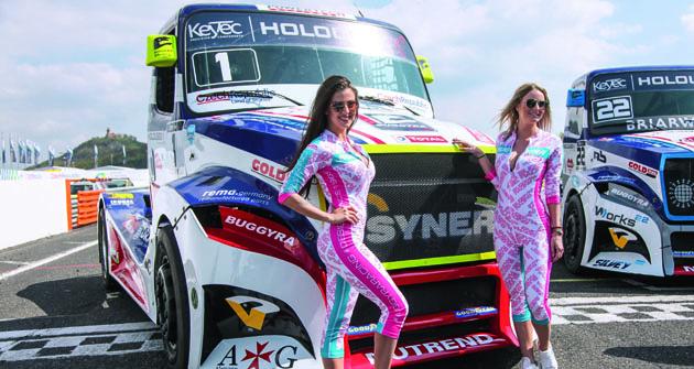 Zatímco se promotér slavné Formule 1 vzdal tzv. Grid Girls, Buggyra Racing se vETRC zatím něčeho podobného neobává – a jak vidno, je také dokonale ztohoto hlediska připravena.
