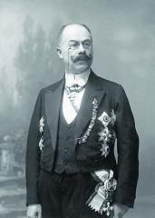 Emil Jellinek rozvinul svoji společenskou úlohu nanejvyšší úrovni, které mohl dosáhnout – stal se profesionálním diplomatem naplný úvazek. Řády ametály se najeho hrudi úspěšně rozmnožovaly.