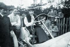 Velmi zajímavá momentka, pravděpodobně zroku 1910. Mercedes sedí zavolantem závodního vozu Mercedes, věc téměř nevídaná.