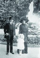 Mercedes Jellinek se svým prvním manželem baronem von Schlosser. Mercedes se vdávala jako devatenáctiletá abyla to svatba snů.