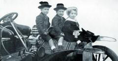 Didier, Guy aRené Jellinek, děti zdruhého manželství Emila Jellineka nakapotě vozu Mercedes zroku 1905. Zazmínku stojí kromě jiného též pečlivě rozprostřený pléd, naněmž děti sedí – jako naopravdovém koni!