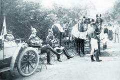Kočár pro císaře, vlevo Mercedes přistavený též pro potřeby jeho výsosti německého imperátora.