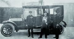 Při odjezdu pětačtyřiceti koňovým Mercedesem zrecepce vMonaku. Polevé ruce Jellinka stojí soukromý šofér Charles Mari.