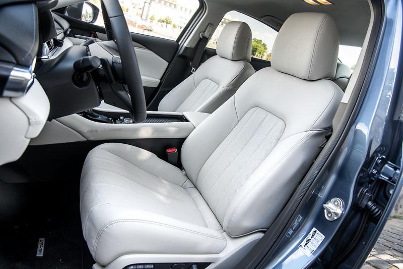 Sedadla mají bohatější polstrování, jehož svrchní vrstva je příjemně měkká. S koženým čalouněním se automaticky pojí účinná ventilace sedadel