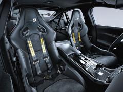 Jaguar XE SV Project 8 je navržen ve dvou verzích: dvoumístné Track s výztuhami místo zadních sedadel (na fotografii) a klasickém čtyřmístném provedení, jež je u zákazníků žádanější