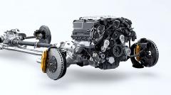 Kompresorem přeplňovaný osmiválec 5,0 litru nad přední nápravou pohání všechna čtyři kola