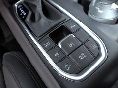V panelu za voličem převodovky jsou soustředěny ovladače zajišťovací brzdy a přepínače parkovacích asistentů a provozních režimů