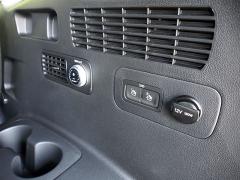 """Cestující vtřetí řadě sedadel sinemusí připadat jako na """"vejminku"""". Kromě loketních opěrek sdržáky nápojů a zdířky na 12V/180W zde mají kdispozici i samostatné ovládání ventilace"""