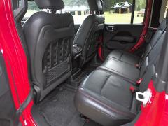 Zadní sedadla poskytují v prodloužené verzi Wrangleru překvapivý dostatek prostoru ve všech směrech