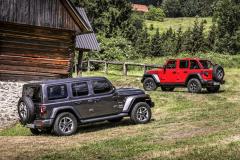 Jeep Wrangler je entitou řady tváří: vlevo kultivovaná Sahara, vpravo ultimativní Rubicon