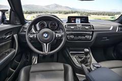 Výbava BMW M2 Competition je bohatá a obsahuje například inavigační systém akožené čalounění