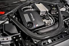 Motor z BMW M3/M4 a vodní chladič stlačeného vzduchu umístěný viditelně nad motorem. Spolu s novým motorem M2 Competition od větších sourozenců převzalo také výztuhy vpřední části karoserie včetně vzpěry z uhlíkových kompozitů