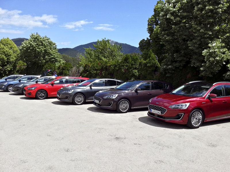 Pohled na vozy, jež jsme měli k dispozici pro první jízdní testy, naznačoval výrazné stylistické rozdíly mezi jednotlivými variantami nové generace řady Focus