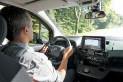 Pozice za volantem je velmi příjemná, řidič má výborný výhled všemi směry