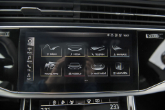 Hlavní menu multimediálního systému je přehledné a vyznačuje se propracovanou grafikou. Vlevo umístěná svislá lišta je přítomná vždy