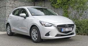 Zakulacenými tvary Mazda 2 úspěšně maskuje svoji délku překonávající hranici čtyř metrů. Patří tedy knejvětším vozům svého segmentu