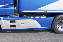 Na levé straně rámu je umístěna nádrž na palivo o objemu 340 l, na pravé pak nádrž na aditivum AdBlue